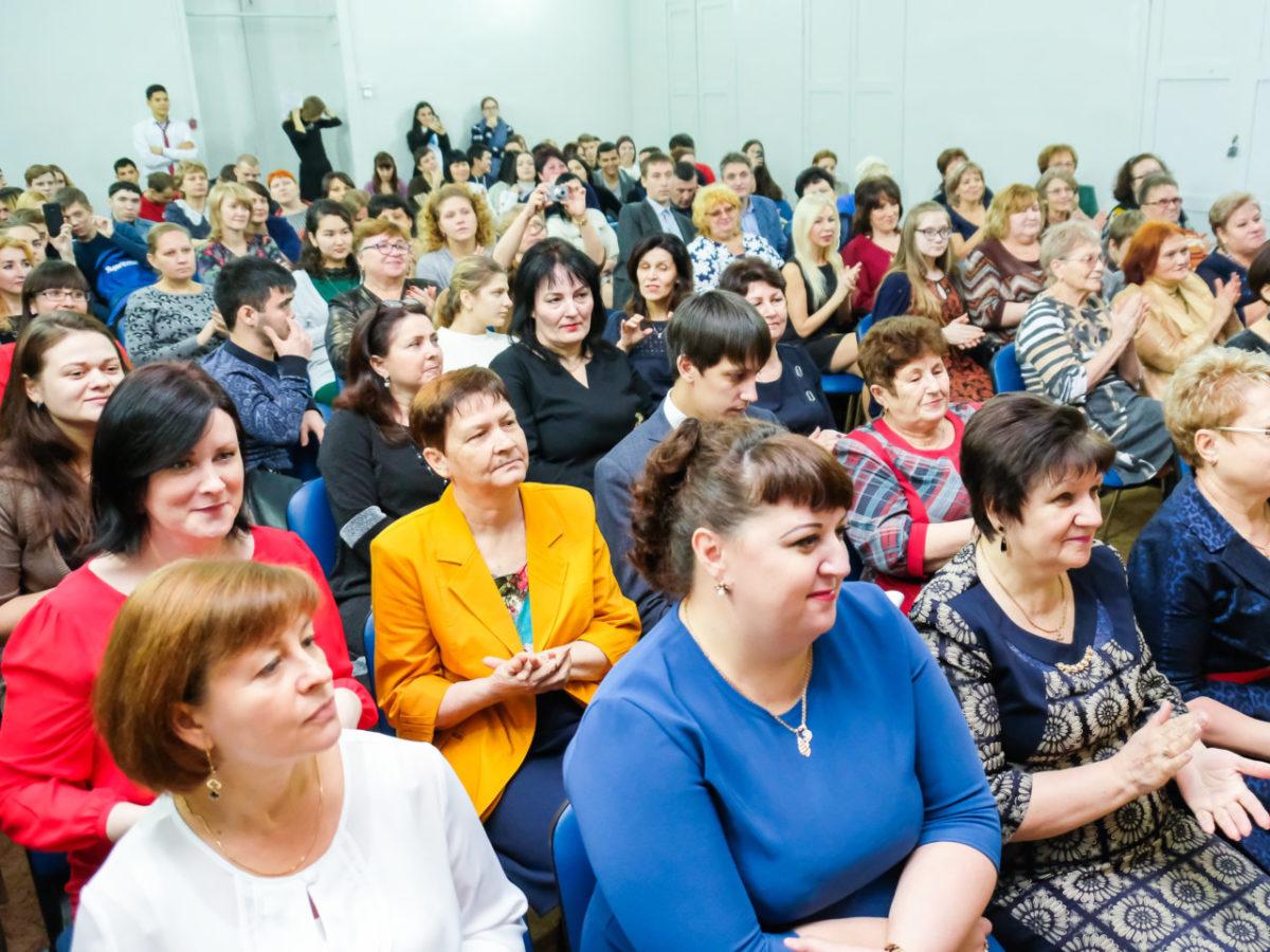 Дума Астраханской области предлагает ежемесячно оплачивать классное руководство кураторам колледжей и техникумов