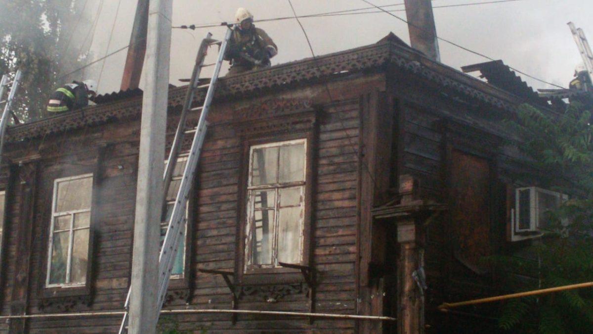 Пожарные потушили горящие дома в Кировском районе Астрахани