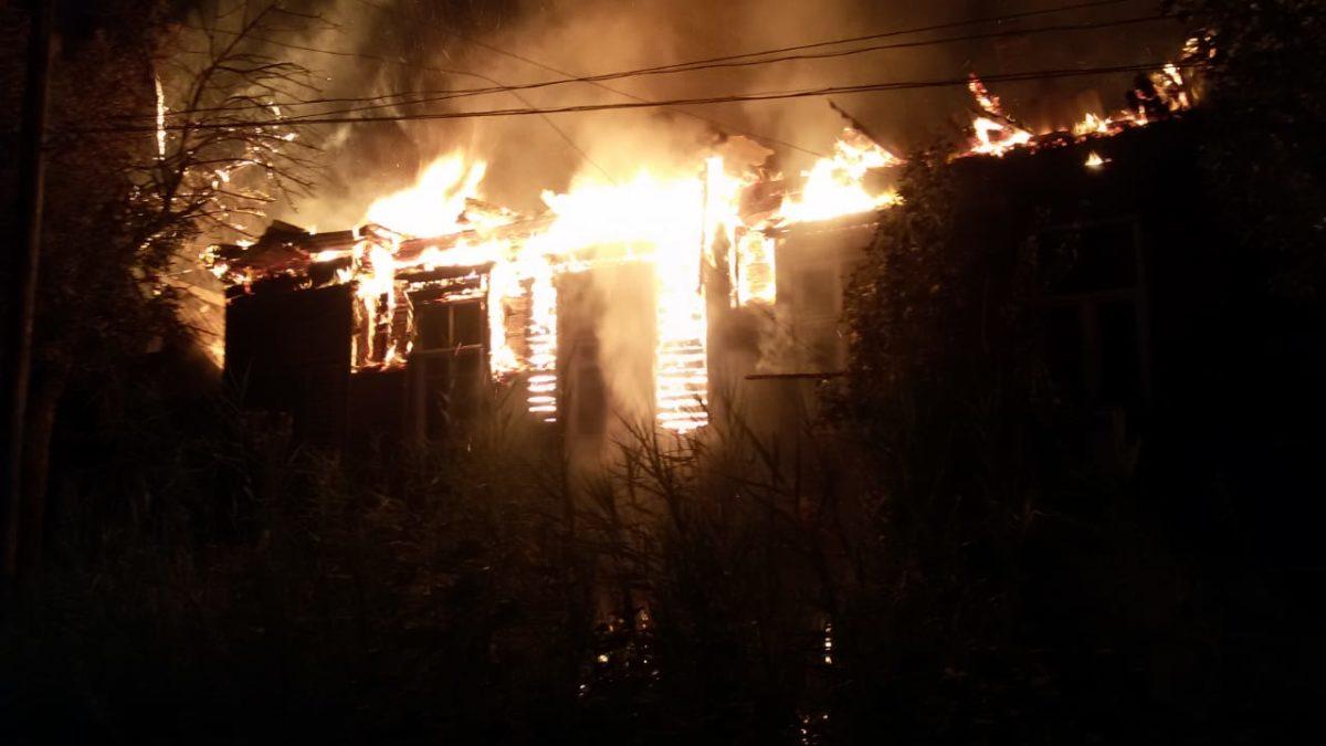 Пожарные тушат два горящих многоквартирных дома в Астрахани