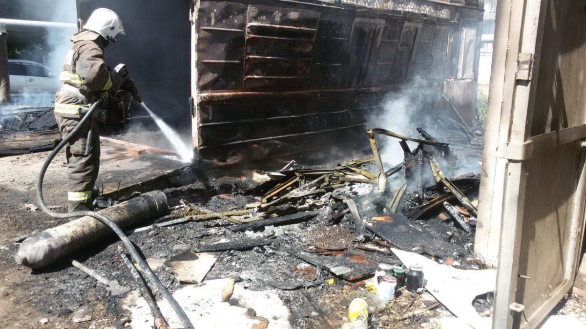 В районе стадиона в Астрахани взорвался газовый баллон, горят два гаража