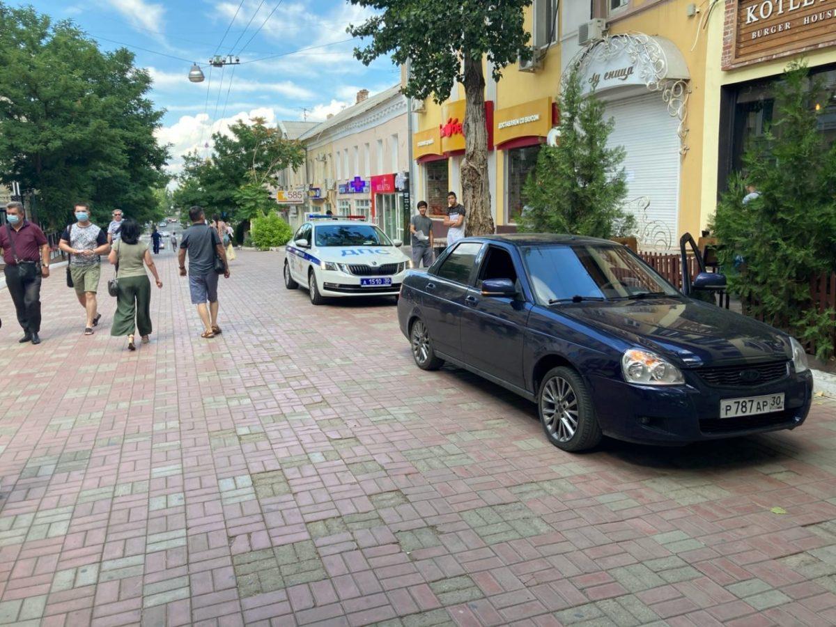 Астраханец на «Приоре» заехал на пешеходную часть улицы Кирова