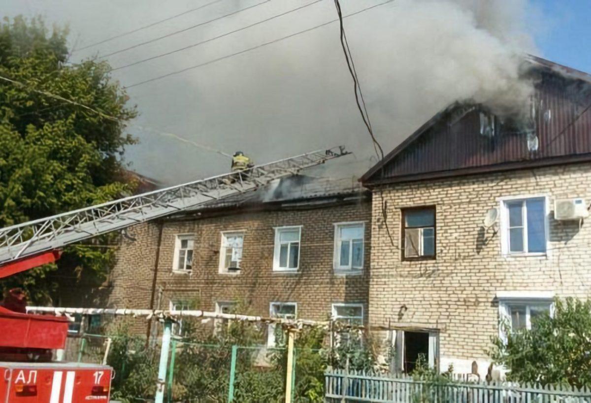 В Трусовском районе горит многоквартирный дом