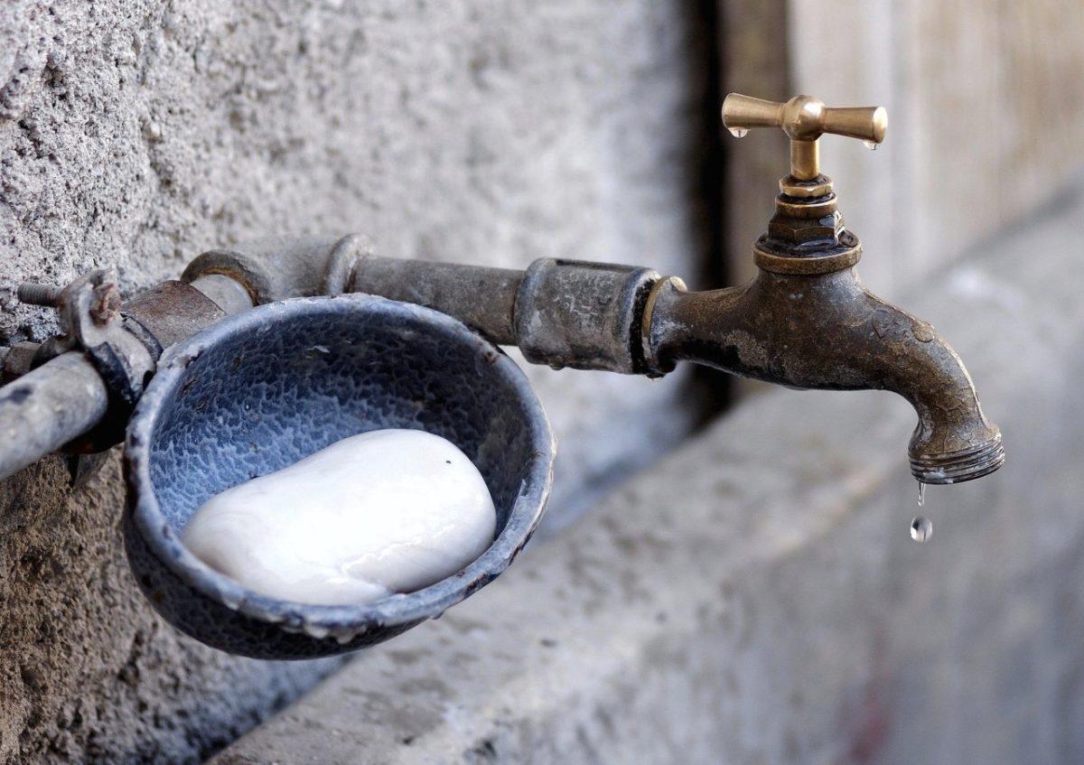 Улицы и микрорайоны в Астрахани остались без воды из-за аварий на водопроводе
