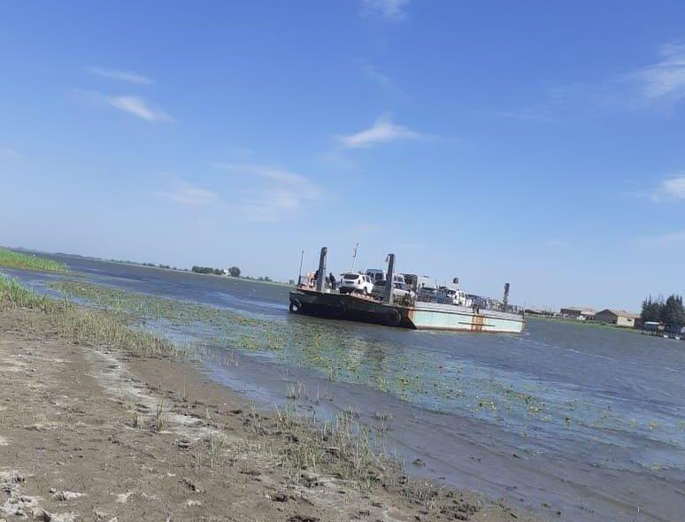 Паром с 18 людьми, вышедший из строя посреди реки, отбуксирован на сушу
