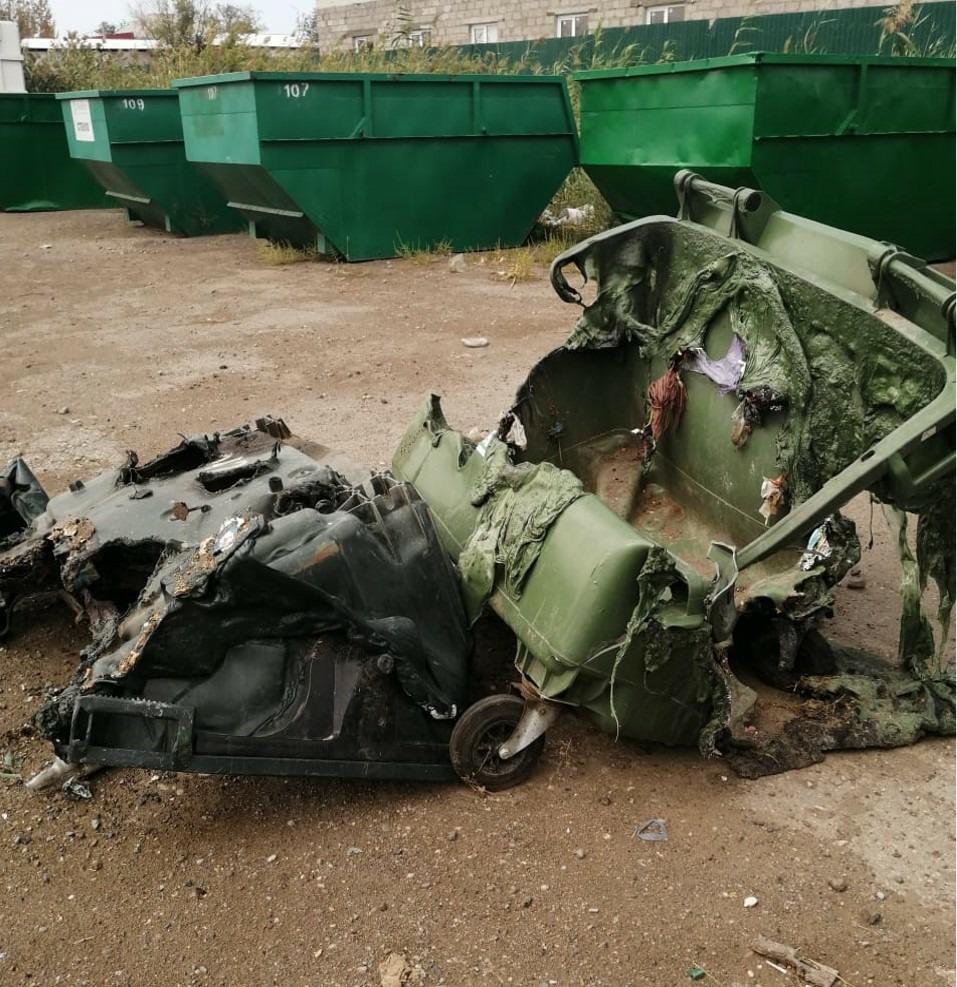В Астрахани продолжают поджигать мусорные контейнеры
