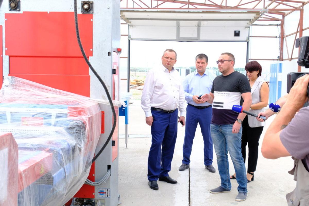 Обновленный стадион, модернизация предприятий и инвестиции — Игорь Мартынов посетил Харабалинский район
