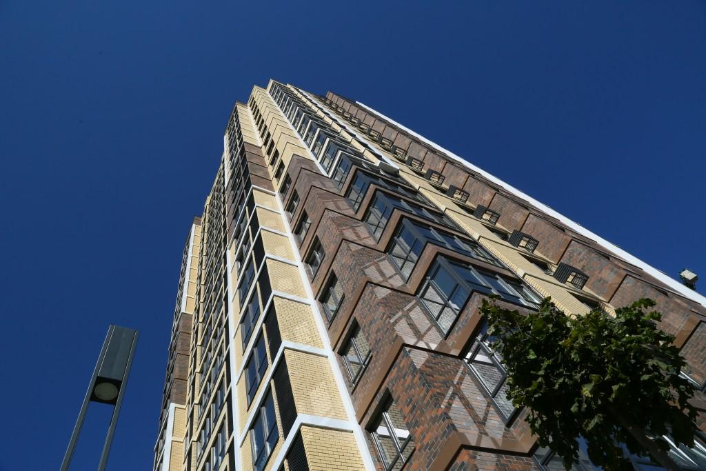 На многострадальной улице Плещеева сдана первая современная многоэтажка