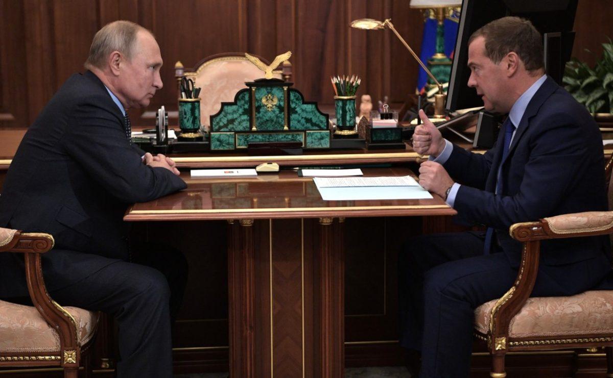 Путин в третий раз наградил Медведева орденом