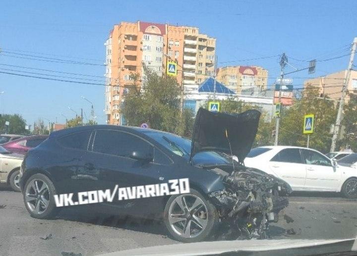 В Астрахани на оживлённом перекрестке страшная авария с четырьмя пострадавшими