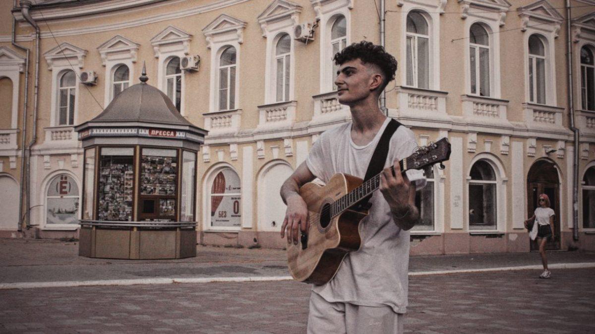 Чем живут и что поют уличные музыканты Астрахани