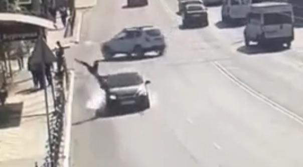 В центре Астрахани пешеход бросился под колеса автомобиля