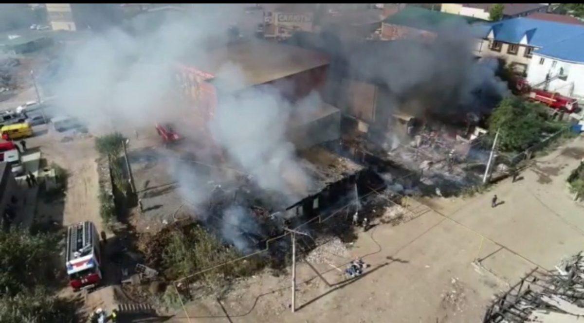 В Астрахани горят два дома в частном секторе на площади 350 квадратов