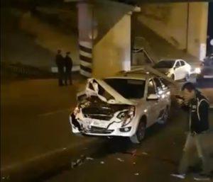 В Астрахани ограждение Старого моста рухнуло на автомобили