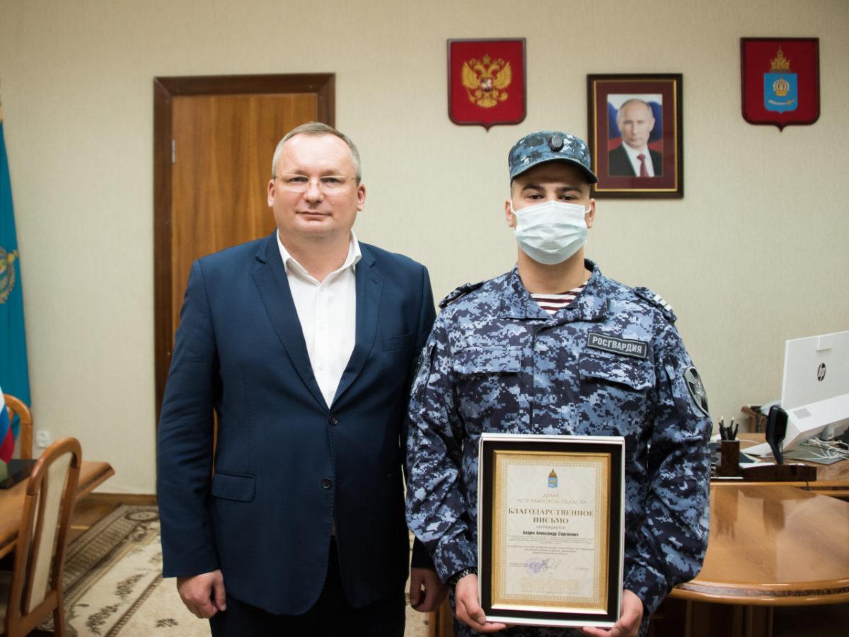 Игорь Мартынов вручил награду Думы сотруднику Росгвардии