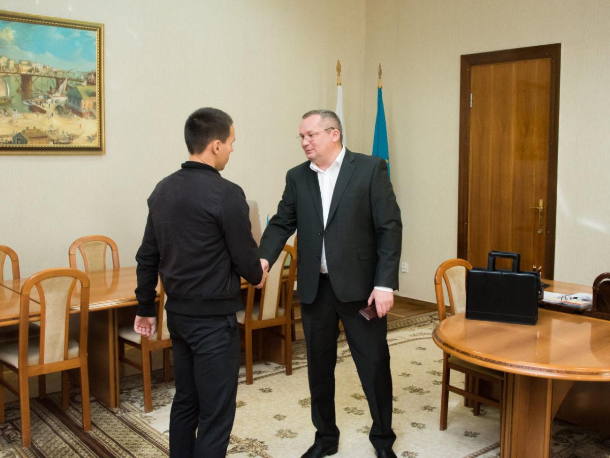 Игорь Мартынов вручил удостоверение новому депутату Думы Астраханской области