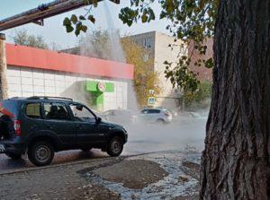В Астрахани прорвало трубу из-за подачи горячей воды