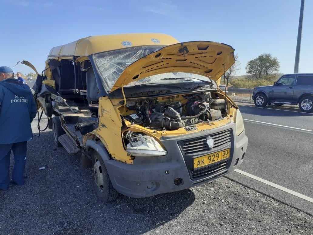 Под Астраханью столкнулись автобус и грузовик, шесть человек пострадали