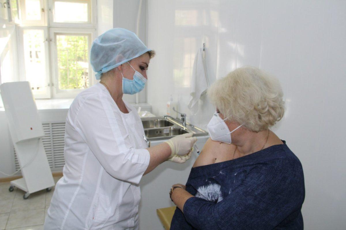 Астраханских медработников продолжают прививать противоковидной вакциной Спутник V