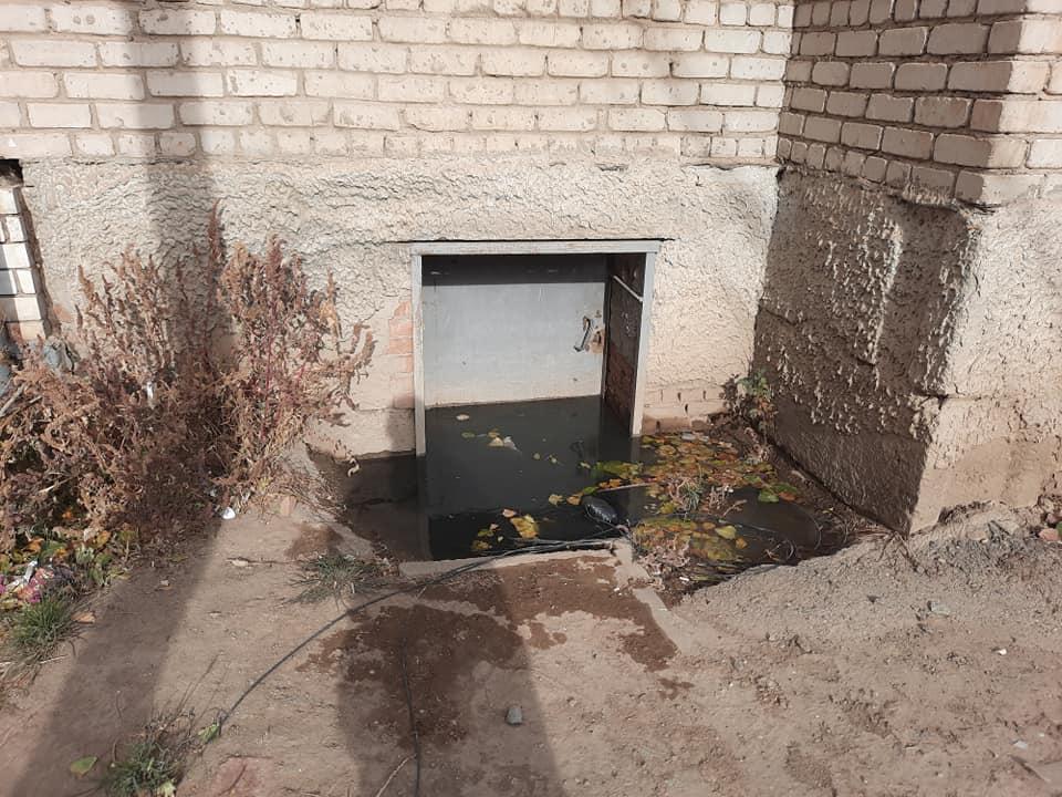 На улице Куликова подвалы домов наполнились канализацией до краев