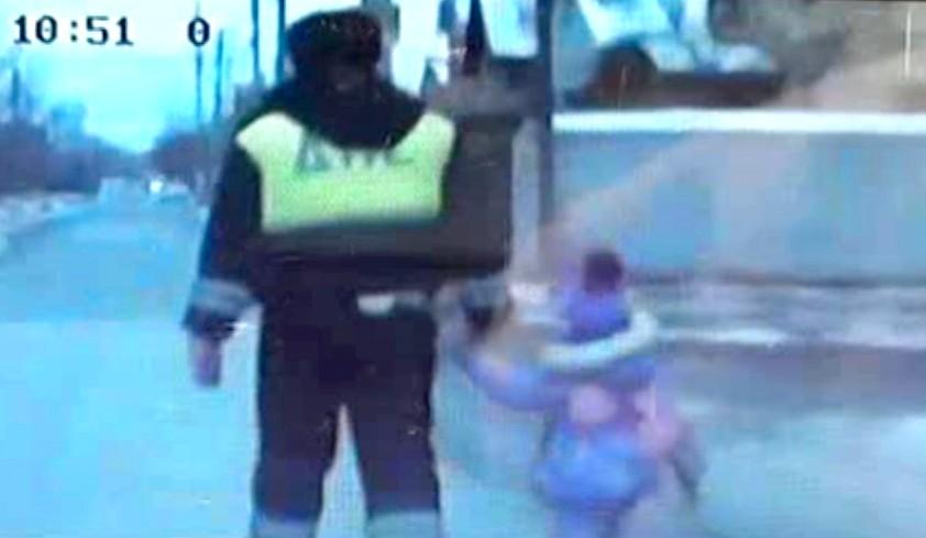 В Астрахани трехлетний ребенок бродил по городу один