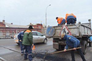 Яму на Новом мосту заделали после «народного ремонта» синим ведерком