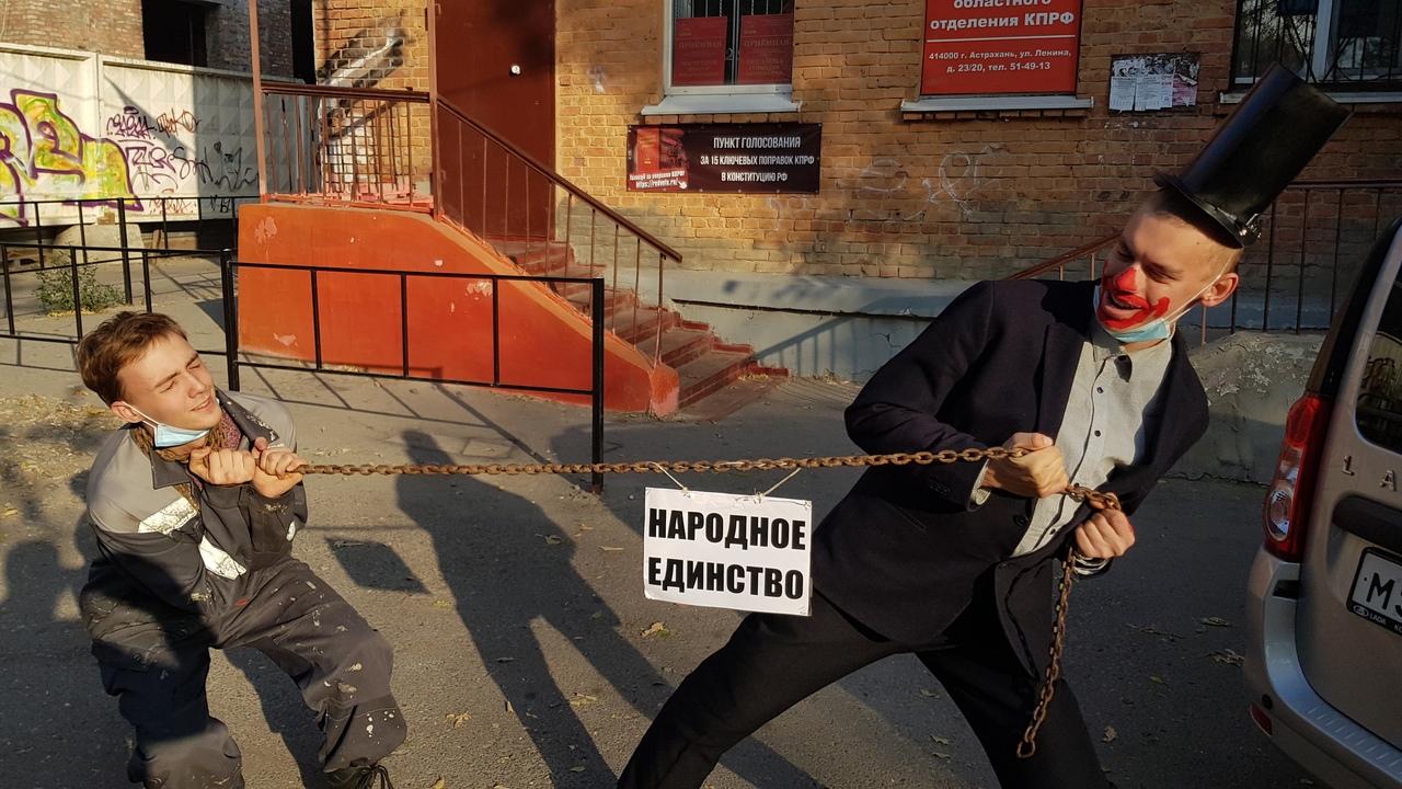 Комсомольцы показали астраханцам суть праздника «народного единства»