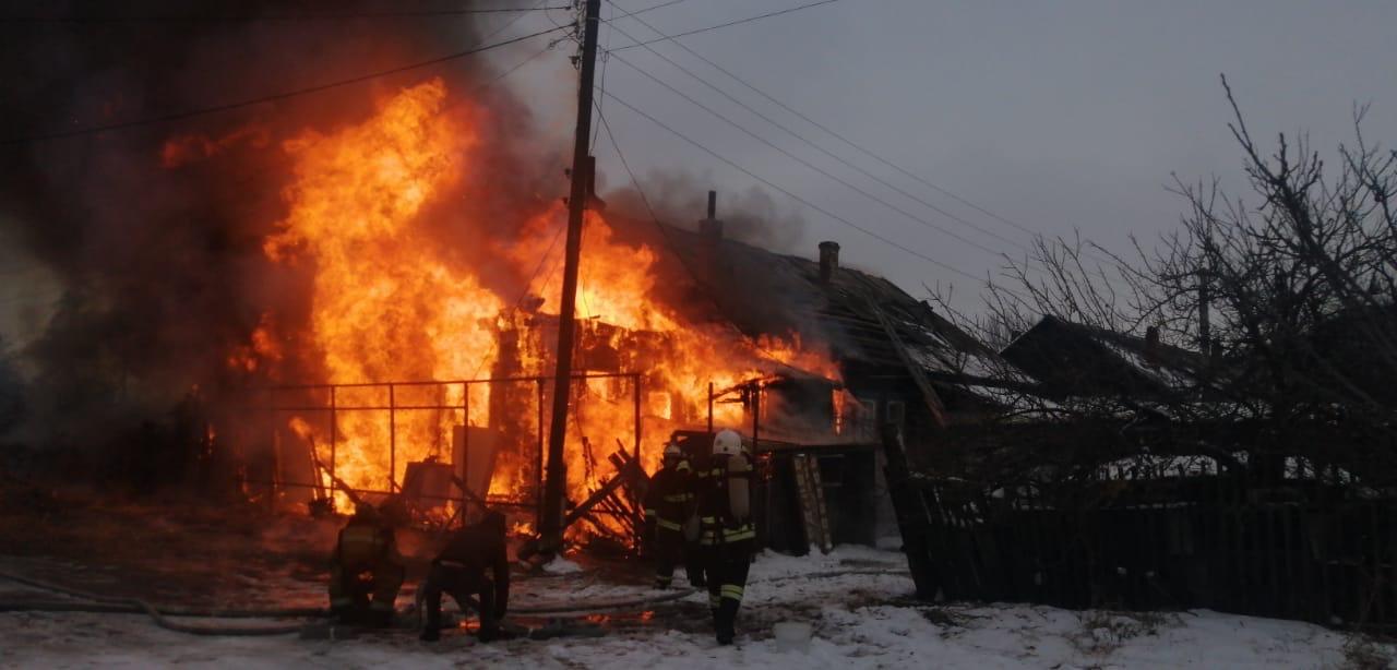 В Астрахани горит жилой дом на площади 200 квадратов