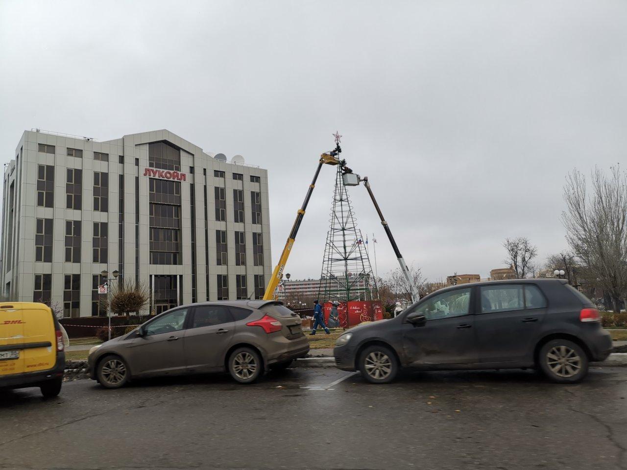 В Астрахани наряжают первую новогоднюю елку