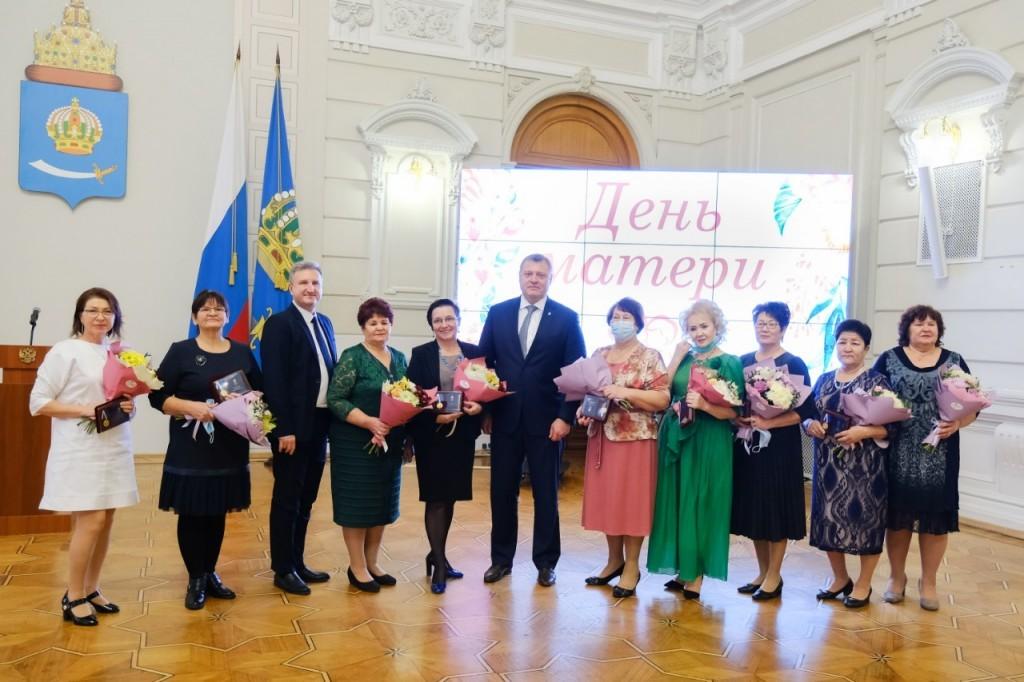 Многодетных астраханок наградили медалями