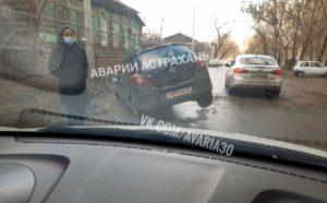 Недалеко от центра Астрахани «Опель» ушел носом в грязь