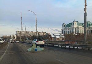 Астраханцы оградили яму на Новом мосту синим ведром и гипсокартоном