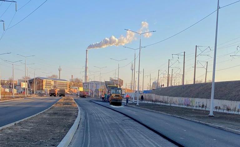 На новой дороге между Куликова и Софьи Перовской укладывают асфальт