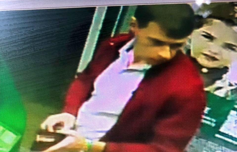 Полиция ищет мужчину, который взял из банкомата чужие деньги