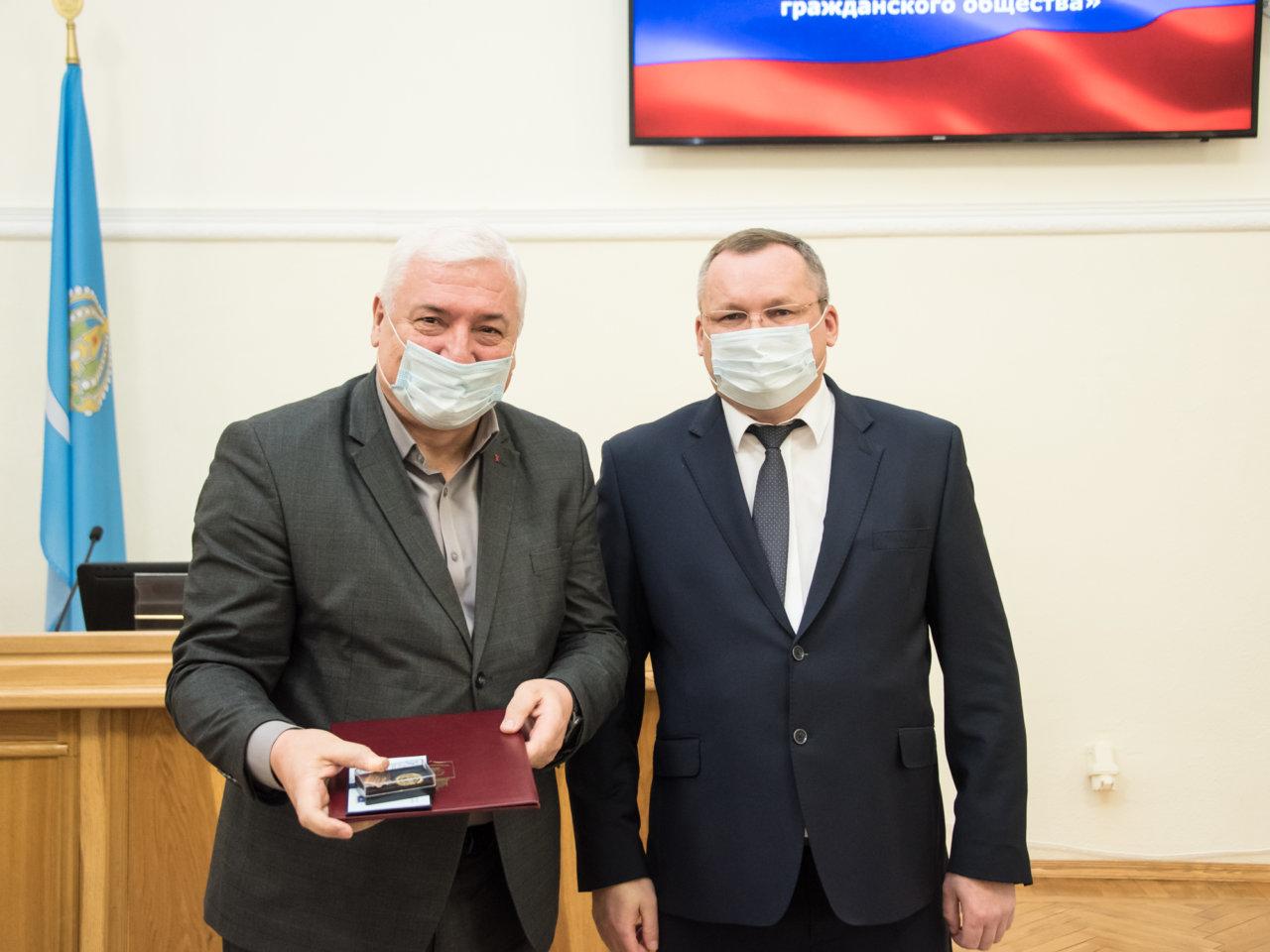 Игорь Мартынов вручил почетный знак «За развитие парламентаризма и гражданского общества»