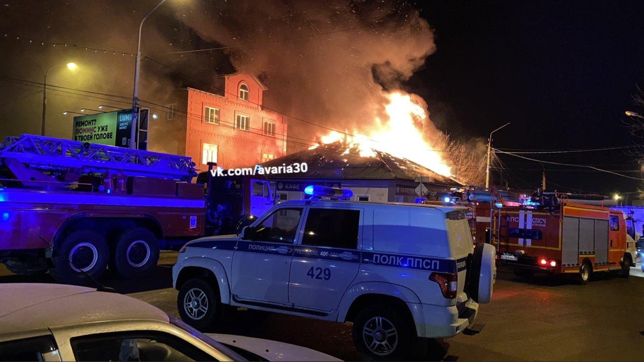 В Астрахани ночью сгорели кафе и гараж на Больших Исадах