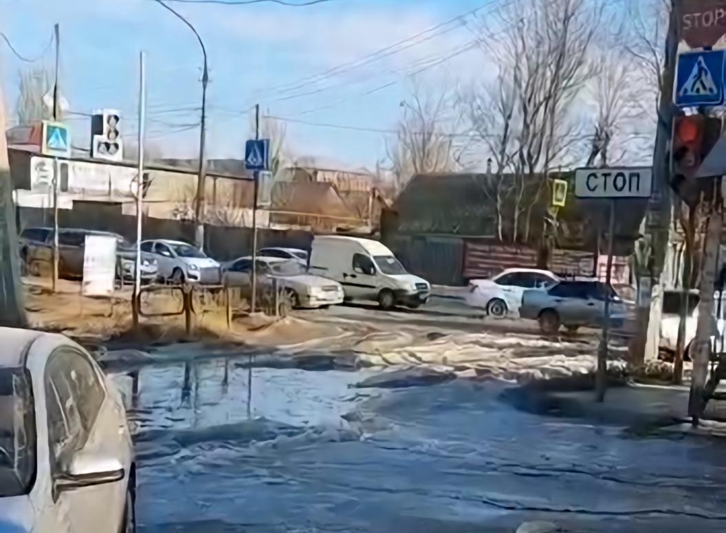Из-за льда на дороге в Астрахани застрял автомобиль губернаторского кортежа