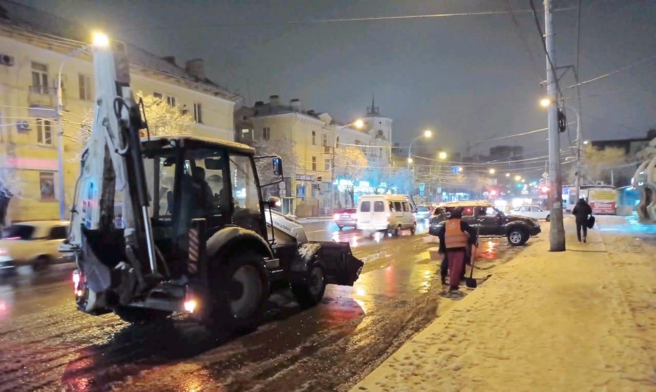 В Астрахани посыпают улицы песком и откачивают лужи