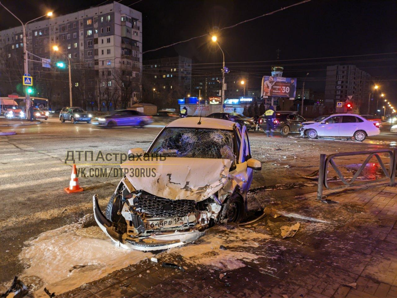 В жесткой аварии в Астрахани разбили автомобиль каршеринга