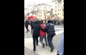 В центре Астрахани митингующие напали на полицейских