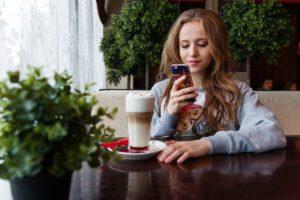 Молодые люди перед Новым годом приобрели сотни тысяч смартфонов