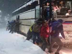 Ночью автобус с астраханскими туристами застрял в снегах