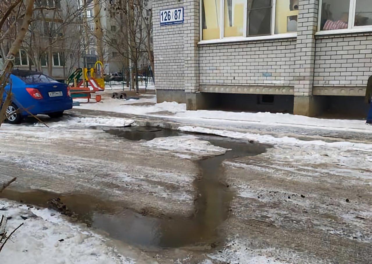 Многоэтажка на Боевой уже год утопает в канализационных стоках
