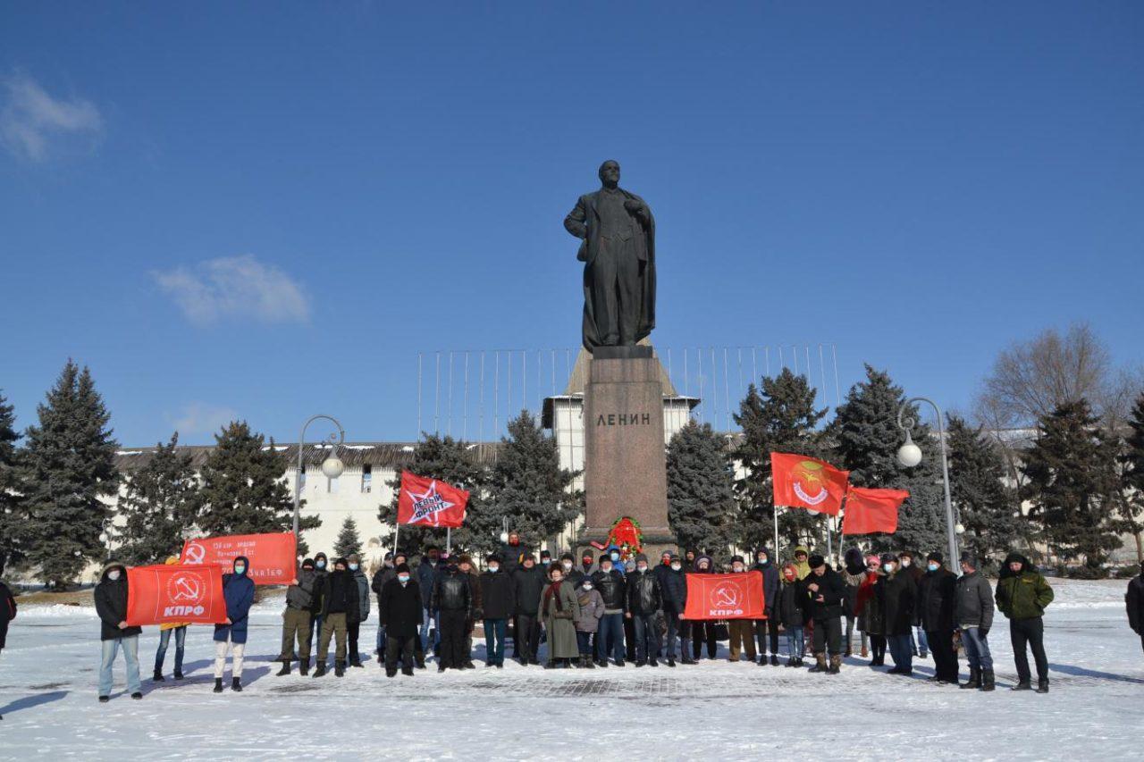 Астраханские коммунисты пришли с цветами к памятникам Ленину и защитникам отечества