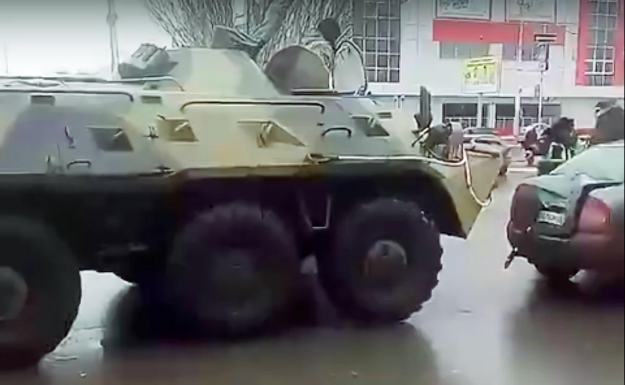 В Астрахани бронетранспортер снес багажник «Калине» возле вокзала