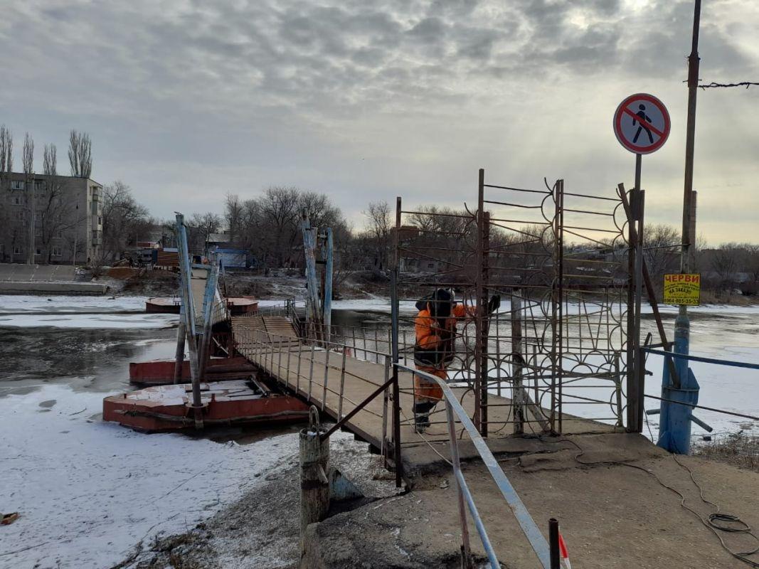 Рухнувший на Десятке мост вынуждает астраханцев ходить по льду