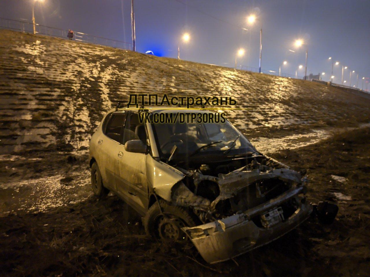 В Астрахани автомобиль вылетел с Нового моста