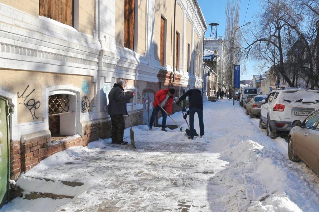 Администрация Астрахани вывела на уборку снега своих сотрудников