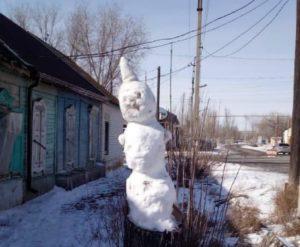 В Астрахани избили, а затем украли снеговика