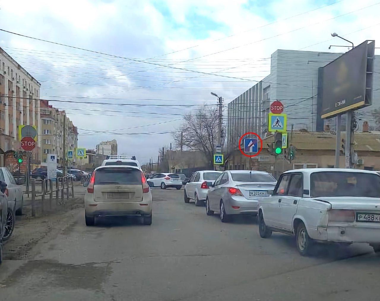 Астраханские дорожники по ошибке чуть не поменяли на улице направление движения