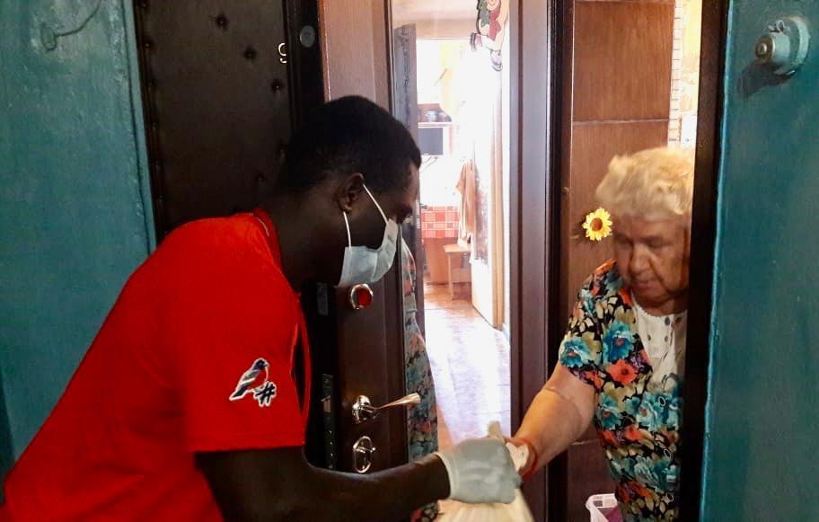 Уроженец Африки безвозмездно помогает астраханским бабушкам